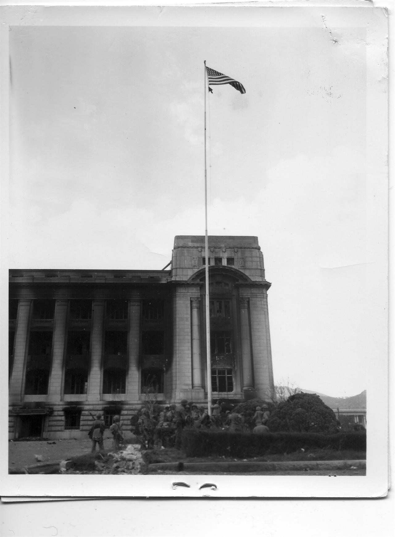 1950. 9. 27. 서울. 미 해병대가 중앙청 국기 게양대에 서울 탈환을 상징하는 성조기를 올리고 있다.