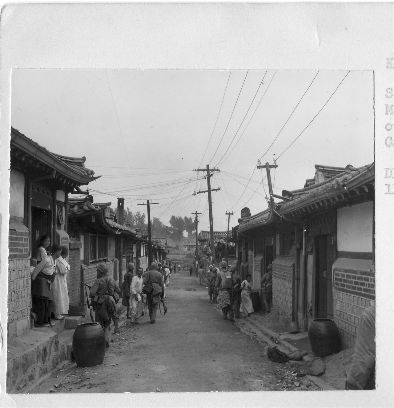 1950. 9. 서울, 유엔군들이 종로 한옥마을에서 인민군 잔당을 쫓고 있다.