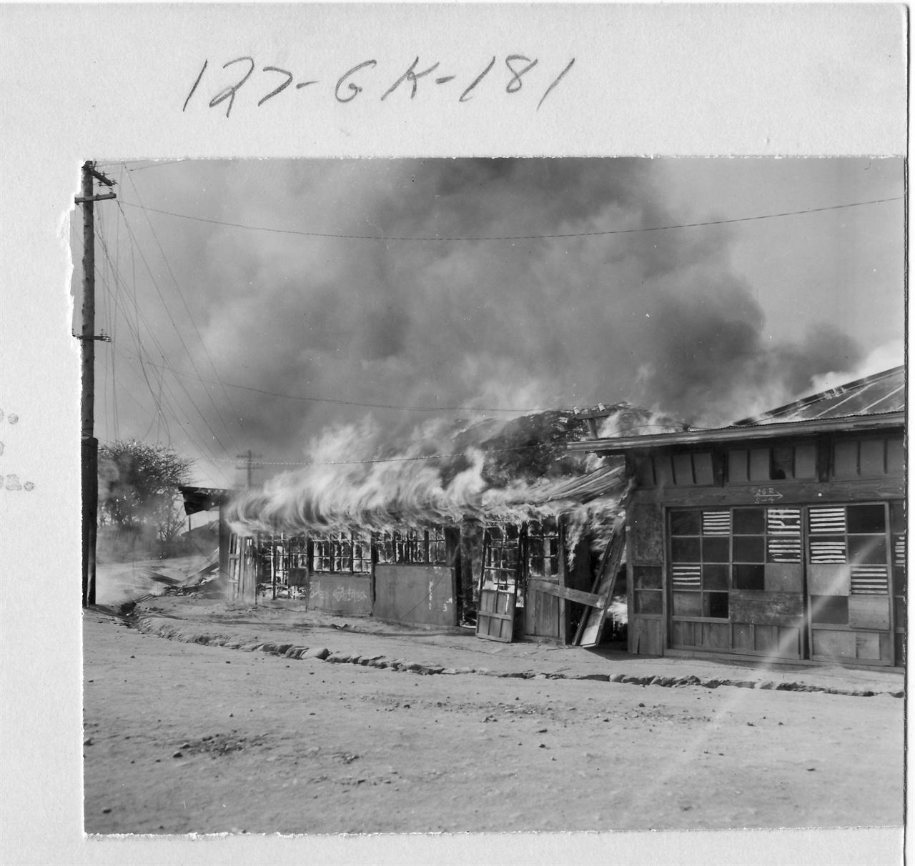 1950. 9. 29. 서울. 유엔군의 수복 후에도 인민군 잔당 소탕작전으로 불길은 계속 치솟았다.