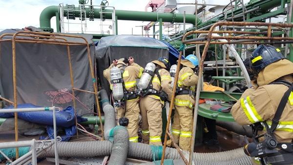 창원 STX조선해양에서 20일 발생한 폭발사고와 관련해 창원소방본부 대원들이 시신 인양 작업을 벌이고 있다.