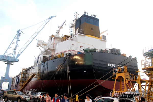 20일 오전 폭발사고로 도색작업하던 하청업체 노동자 4명이 사망한 창원시 진해구 소재 STX조선해양의 건조 중인 선박.