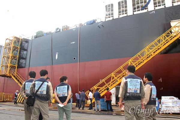 20일 오전 폭발사고로 도색작업하던 하청업체 노동자 4명이 사망한 창원시 진해구 소재 STX조선해양의 건조 중인 선박을 노동자들이 지켜보고 있다.