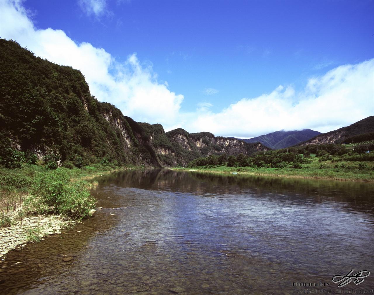 동강과 뼝대 (67ii/Velvia100)민가를 거쳐 몇십키로미터를 흘러 내려왔음에도 여전히 맑은 동강의 모습