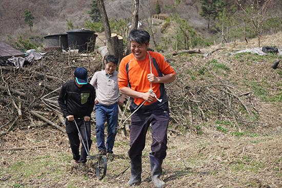 조광복노무사(맨앞)는3무농사를짓는다.그는기름이사용되는동력을쓰지않고화학비료와농약을사용하지않는다.