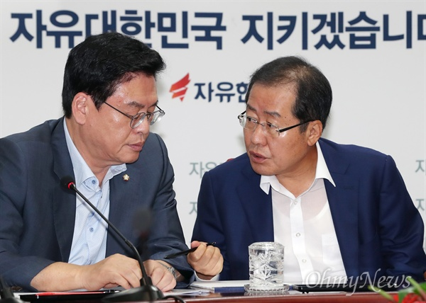 자유한국당 홍준표 대표와 정우택 원내대표가 21일 오전 서울 여의도 당사에서 열린 최고위원회의에서 대화를 나누고 있다.