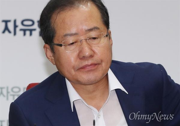자유한국당 홍준표 대표가 21일 오전 서울 여의도 당사에서 열린 최고위원회의에 참석하고 있다.