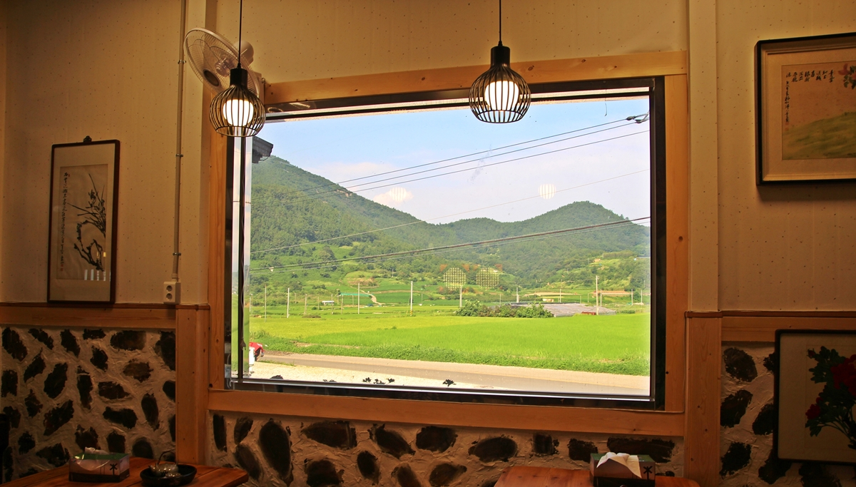 카페 창밖으로 고개를 돌리니 서촌 들녘이 한 폭의 그림으로 다가온다.