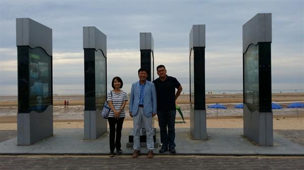 웹소설 <태안>의 완성까지 숨어서 노력한 태안군청 장경희 팀장(사진 가운데)이 이진이 작가(왼쪽) 양우석 감독(오른쪽)이 만리포 해변 기념 조형물을 방문한 모습.