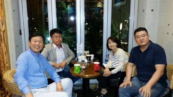 동년배 양우석 감독(사진 왼쪽 첫번째), 이진이 작가(왼쪽 두번째) 장경희 팀장(오른쪽 첫번째)과 당시 사고의 기억들을 나누고 있다.