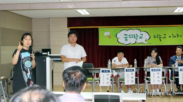 방청석에 앉아 있다가 열띤 발언을 하는 김남희 희망터 사회적 협동조합 이사장