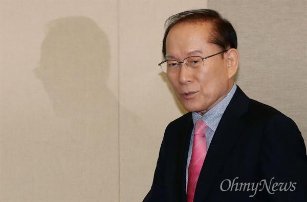 회고록 출간한 이회창 전 총재 이회창 전 한나라당 총재가 22일 오전 서울 세종문화회관 예인홀에서 회고록 출간 기자간담회를 하기 위해 입장하고 있다.