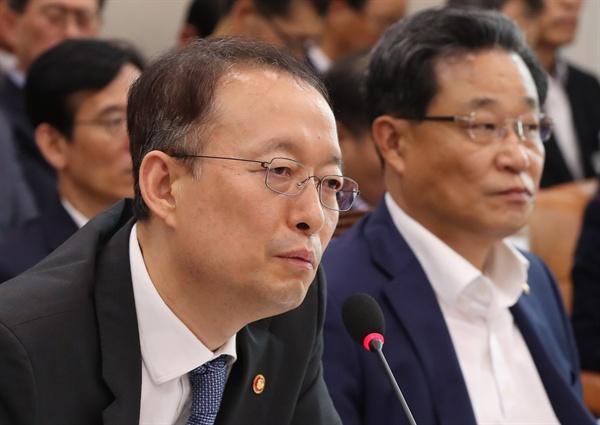백운규 산업통상자원부 장관이 22일 오전 국회에서 열린 산업통상자원중소벤처기업위원회 전체회의에서 의원 질의에 답하고 있다.