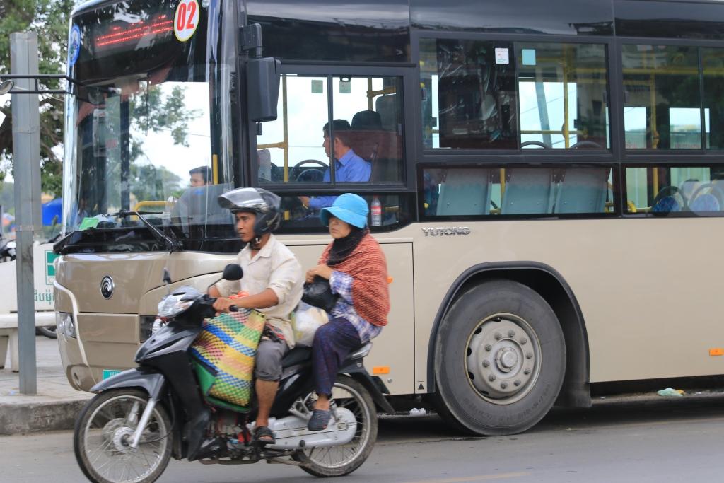 캄보디아 시내버스의 모습. 훈센총리는 근로자들에게 최저 임금인상 외에 앞으로 2년간 시내버스를 무료로 이용할 수 있도록 하겠다고 말해, 일각에선 총선을 의식한 행보가 아니냐는 의심을 사고 있다.