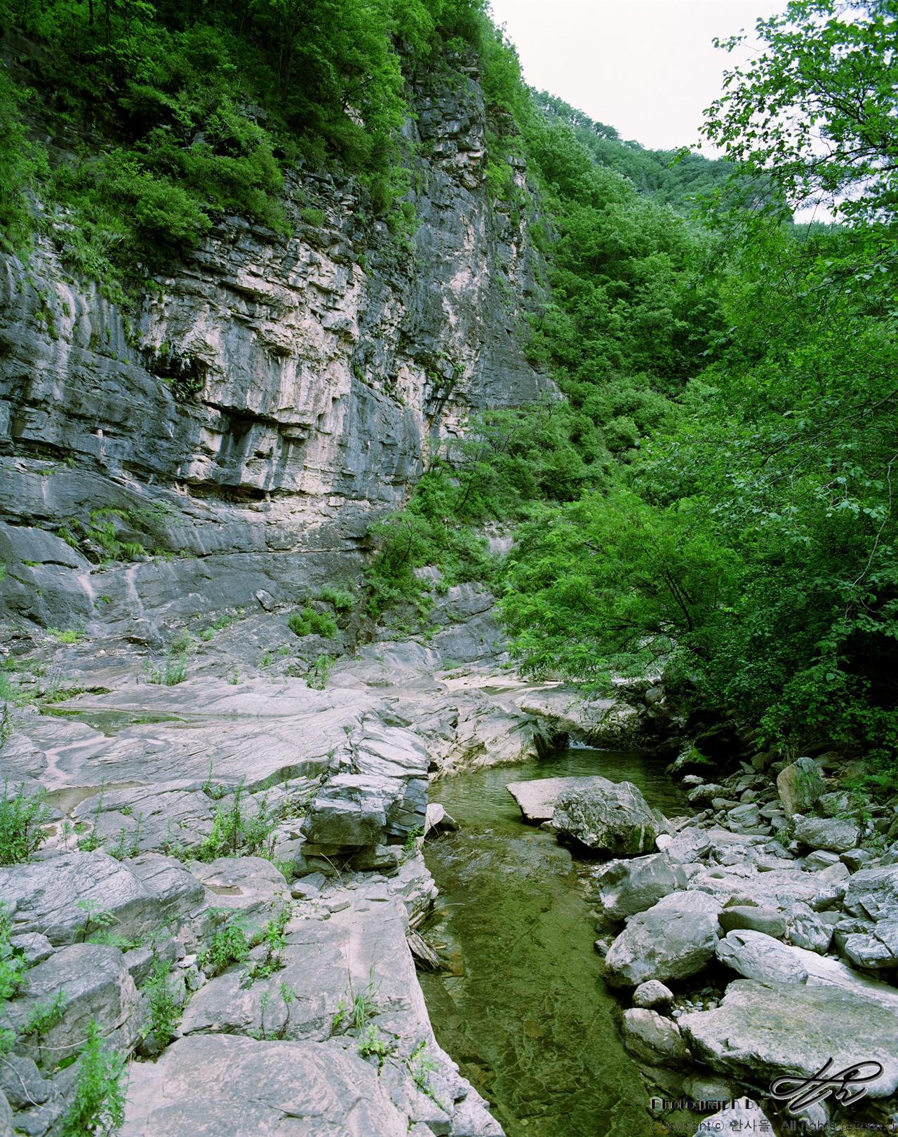 절벽과 계곡 (67ii/Pro160NS)절벽과 물길 사이에 쉴만한 돌 터가 있다.