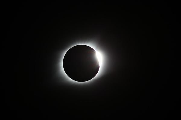한국천문연구원이 한국시각으로 지난 22일 미국 전역에서 일어난 개기일식에 원정 관측단을 파견해 촬영한 '코로나'(태양의 대기층)가 밝게 빛나는 모습. 달이 태양을 완전히 가리는 개기일식은 지상에서 코로나를 연구할 수 있는 유일한 기회이다. 2017.8.22. [한국천문연구원 제공=연합뉴스]