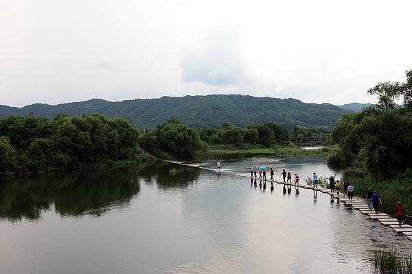 두루미 쉼터가 있는 화강을 건너는 일행들
