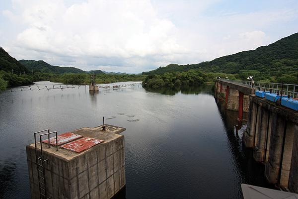 용양보에 물이 고여 작은 저수지가 됐다. 오른쪽 다리가 금강산전기철도가 다녔던 철교다.
