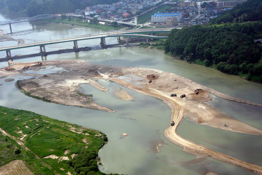 4대강 살리기라는 명목으로 강물로 들어온 중장비들이 금강(충남 공주시 백제큰다리)의 뼈와 살을 발라냈다.