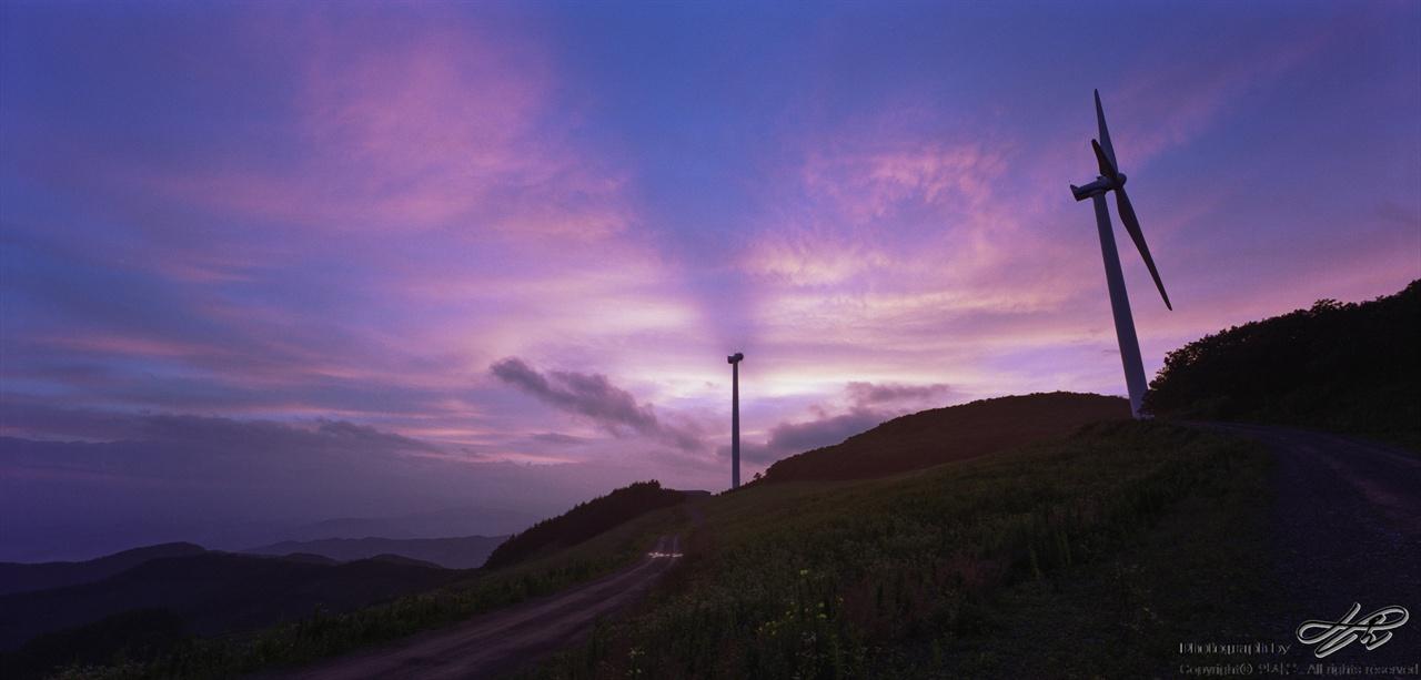 언덕의 서쪽편 (SW612/Pro160NS)서쪽편에 언덕이 있어서 지평선으로 넘어가는 해는 조망할 수 없지만 붉게 물든 하늘과 풍차의 실루엣은 충분히 아름다운 한 폭의 그림이다.
