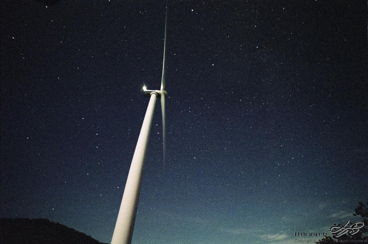 풍차와 별 (MX/Natura1600)아직 달이 지지 않은 상황이라 하늘의 한쪽편이 밝다. F2.8에 30초 노출.
