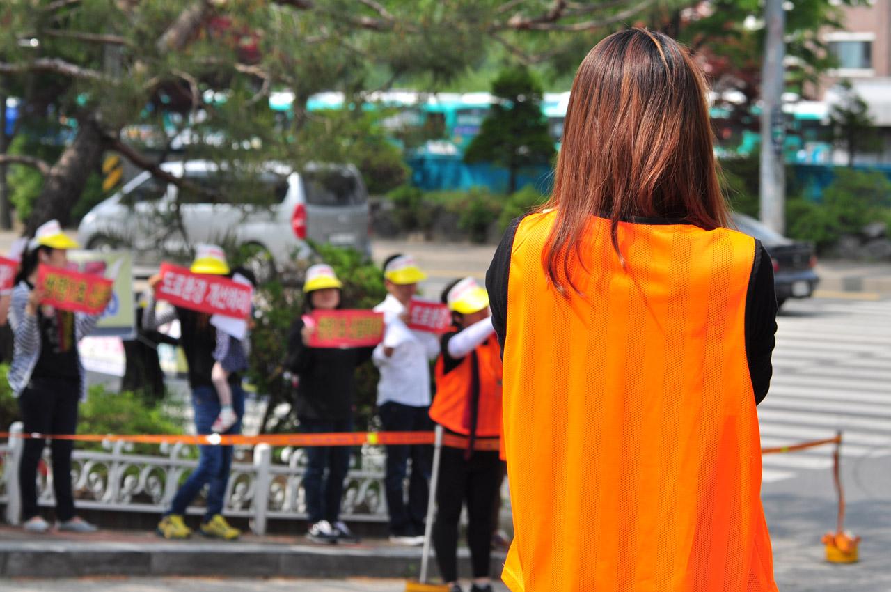 지난 6월 초교신설을 촉구하며 집회중인 주민들