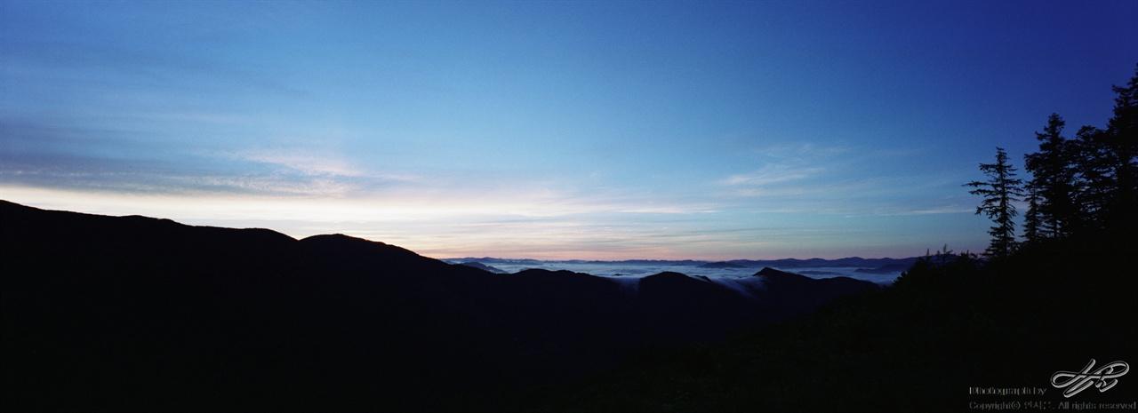 해뜨기 직전 (SW612/Pro160NS)왼쪽의 산 너머에서 해가 떠오를 준비를 하고 있다.