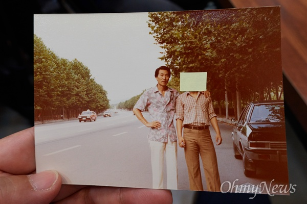 김사복씨와 80년 당시 운행하던 차량 자신의 아버지가 80년 5.18 광주민주화운동 당시 독일방송사 힌츠 페터 기자를 태우고 광주로 갔던 김사복씨(영화 택시운전사 실제주인공)라고 밝힌 김승필씨가 아버지 관련 사진 여러장을 공개했다. 이 사진에는 김사복씨의 단독사진과 함께 외신기자들을 주요 고객으로 하는 호텔 텍시를 운행하며 외신기자들과 함께 찍은 사진들도 포함되어 있다. (사진속 김사복씨 오른쪽으로 보이는 검은 승용차가 김 씨가 당시 운행하던 차량이다)
