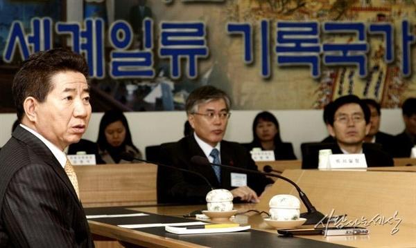 지난 2008년 1월 22일 당시 노무현 대통령과 문재인 대통령 비서실장이 경기도 성남 소재 국가기록원 대통령기록관을 방문해 관계자들을 격려하고 있다.