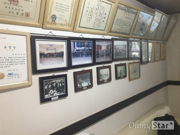 김사복씨가 1980년 광주항쟁이 일어났을 당시 근무했던 파레스 호텔 사무실 내부 전경. 벽면에 호텔 설립자 및 관련 행사 사진이 걸려있다.