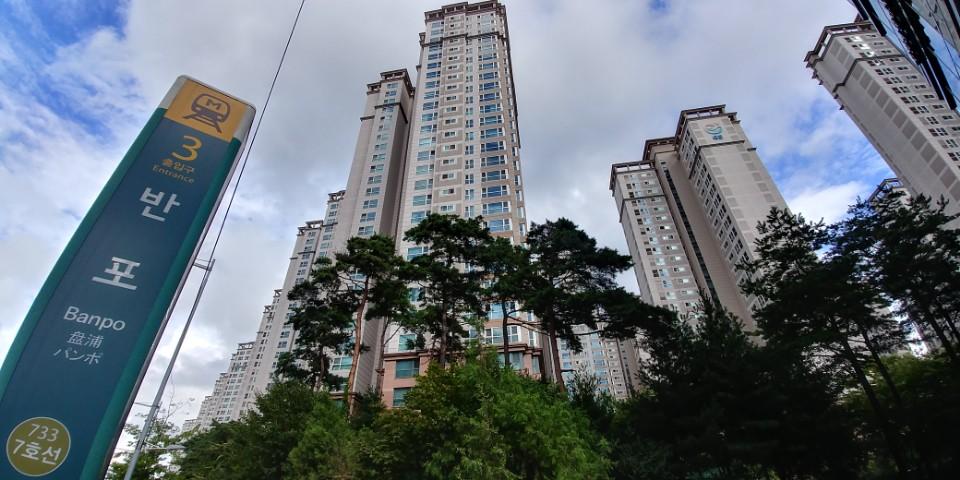 서울 서초구 반포동에 있는 반포자이 모습. 8.2 부동산대책 이후 반포 일대 아파트 호가는 보합세지만, 거래는 실종됐다.