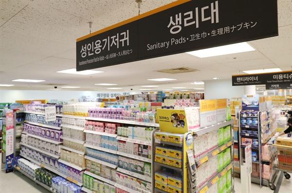 주요 유통업체들이 부작용 논란이 불거진 깨끗한나라의 생리대 '릴리안'을 판매중단한다고 밝혔다. 사진은 24일 서울의 한 대형마트 생리대 판매대의 모습.