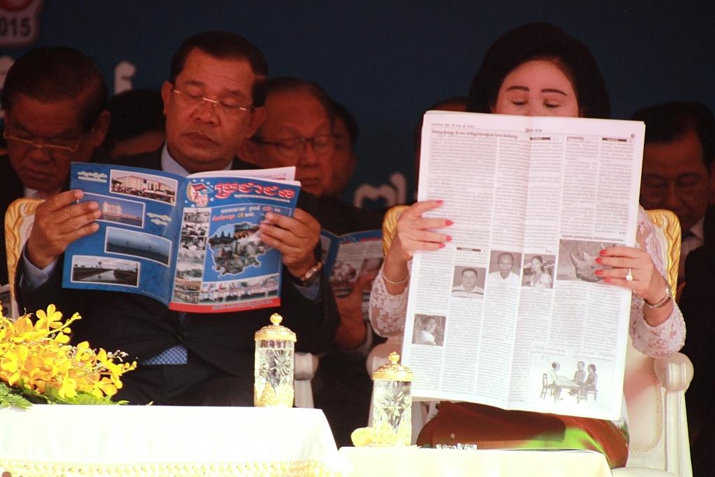 외부공식행사를 앞두고 잠시 무료함을 달래기 위해 신문과 잡지를 읽고 있는 훈센총리와 영부인 분라니 여사의 모습.