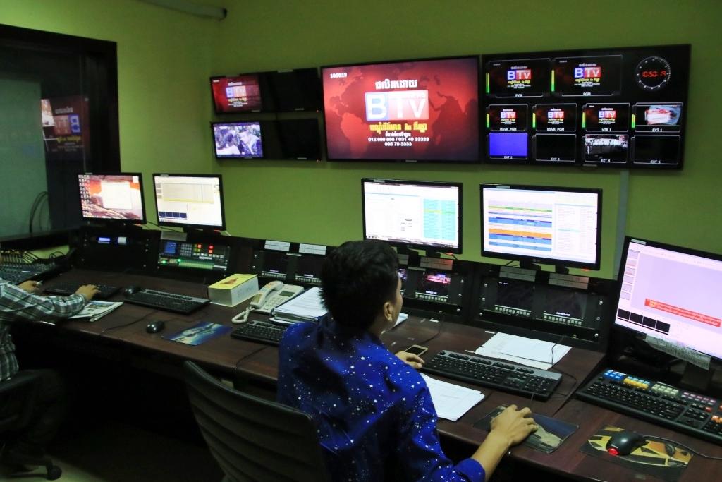 훈센총리의 장녀 훈 마나가 소유하고 있는 바이욘TV 방송국 내부 모습.  총리의 장녀뿐만 아니라. 압사라TV 등 주요방송국과 일부 신문사의 상당 지분을 훈센총리의 가족과 측근들이 보유하고 있는 것으로 알려졌다.