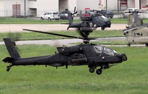 한미연합훈련인 을지프리덤가디언(UFG) 연습 첫 날인 지난 21일 오후 경기도 평택시 캠프 험프리스에서 아파치 헬기가 저공비행하고 있다.