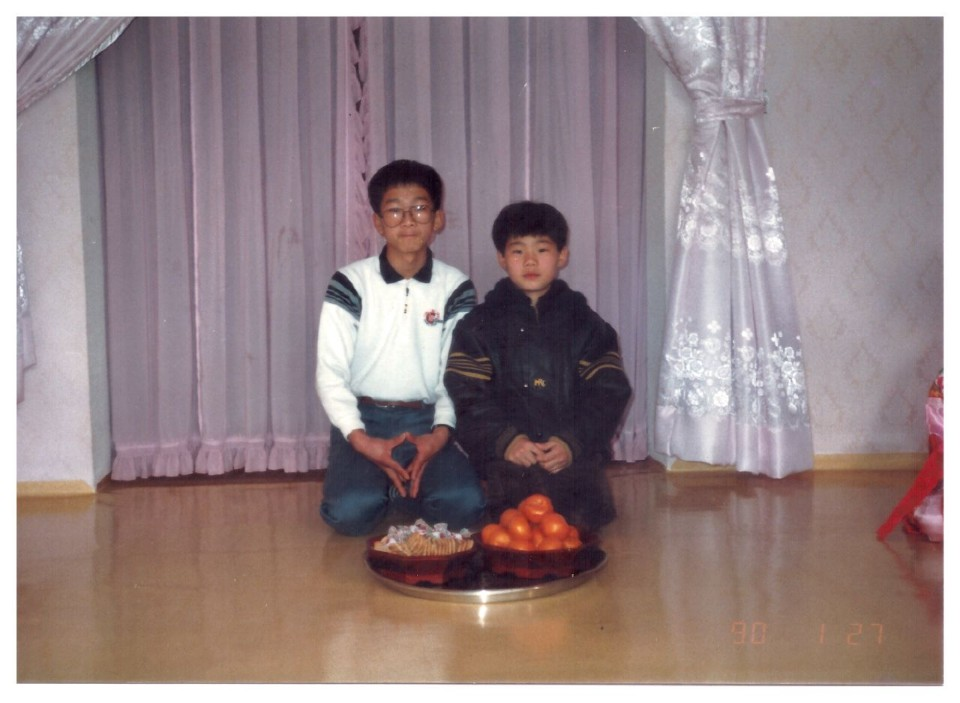 초등학교 6학년 시절 형과 찍은 사진 오른쪽 작은 학생이 전민협 주무관