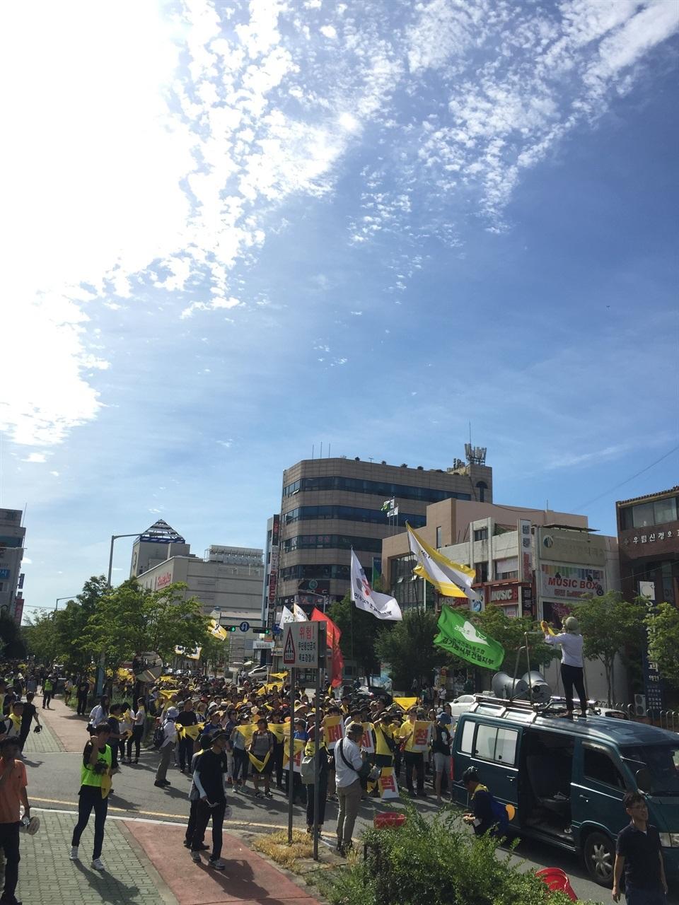 목포시내를 행진하는 시민들. 전국에서 2000명이 모였다.