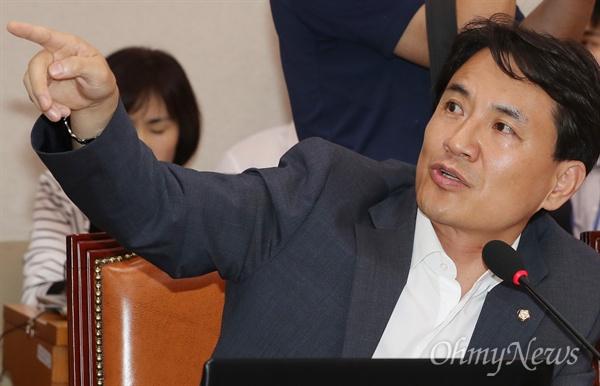 김진태 자유한국당 의원이 28일 국회에서 열린 이유정 헌법재판관 후보자에 대한 인사청문회에서 질의하고 있다.