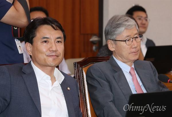자유한국당 김진태(왼쪽), 여상규 의원이 28일 국회에서 열린 이유정 헌법재판관 후보자에 대한 인사청문회에 참석하고 있다.