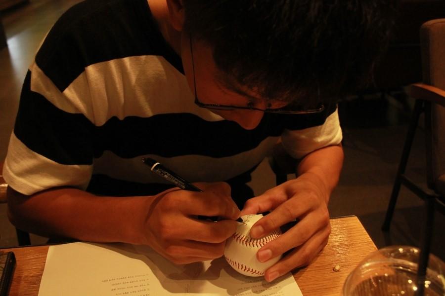 야구공에 싸인하는 주승우 서울고 주승우가 야구공에 자신의 싸인과 함께 각오를 다짐하는 문구를 적고 있다.