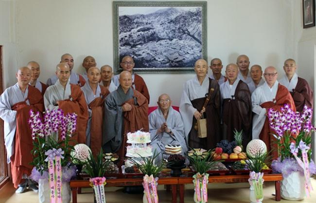 87세 생일을 맞이하신 노스님과 기념사진도 찍습니다.