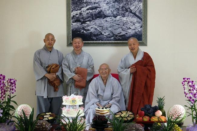 법흥 스님과 일선 스님, 그리고... 은사 스님과 상좌 스님은 속세로 치면 아비와 자식인 셈입니다.