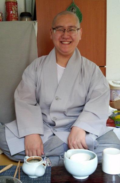 송광사 율원에서 용맹정진 중인 법진 스님입니다. 웃는 얼굴 너머로 해탈을 봅니다. '웃음'이라 쓰고, '해탈'이라 읽는 게지요.