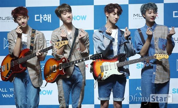 '아이즈' 하이틴들의 포부 4인조 하이틴 밴드 아이즈(IZ)가 31일 오후 서울 광장동 의 한 공연장에서 열린 데뷔 미니앨범 < 올 유 원트(All You Want) > 미디어 쇼케이스에서 포토타임을 갖고 있다. 로마숫자 1인 I와 알파벳 끝자인 Z를 따서 지어진 아이즈(IZ)는 메인보컬인 리더 지후, 드럼 우수, 기타 현준, 베이스 준영 등 10대 네 명으로 구성된 하이틴 밴드로 처음부터 끝까지 변하지않는 모습으로 대중들에게 다가가겠다는 뜻과 오픈 유어 아이즈(OPEN YOUR IZ)의 의미를 담아 대중들의 마음을 열겠다는 포부를 표현하고 있다.
