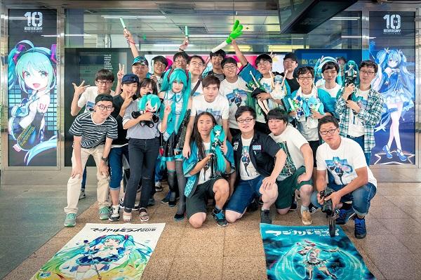 8월 26일 삼성역에서 하츠네 미쿠 팬들이 미쿠 10주년 기념 광고 앞에 모였다.