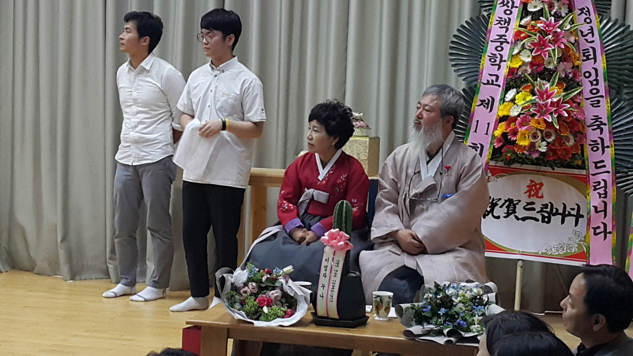 아름다운 정년퇴임 이순일 정년퇴임식을 맡은 앉은 사람 중 이순일 선생(오른쪽),왼쪽은 이순일 선생의 부인이다.