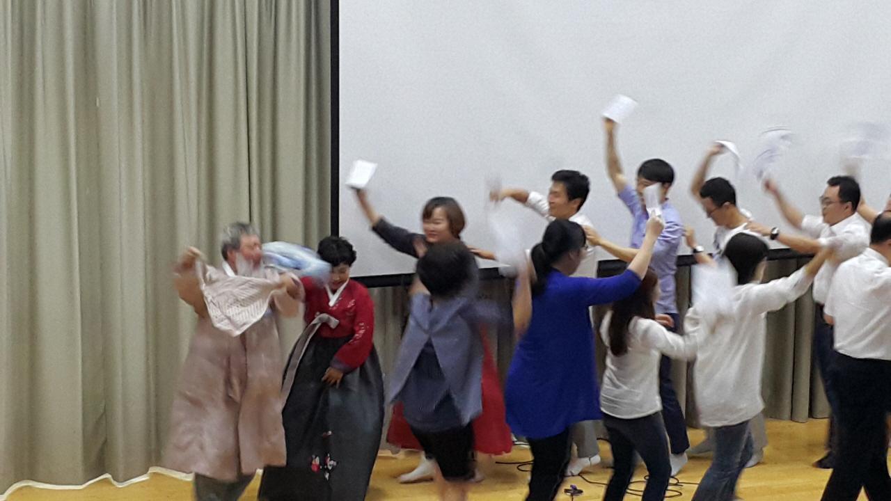 축제같은 정년퇴임식 동료교사들이 퇴임을 축하하기 위해 노래를 준비했다. 손수건을 흔드는 것은 이순일 선생이 노래를 부르며 즐겨하던 행동 중 하나다.