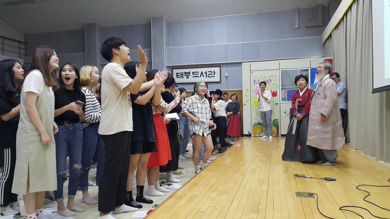 스승의 은혜를 부르는 학생들 학생들이 퇴임식 마지막 행사로 스승의 은혜를 부르며 퇴임을 축하하고 있다