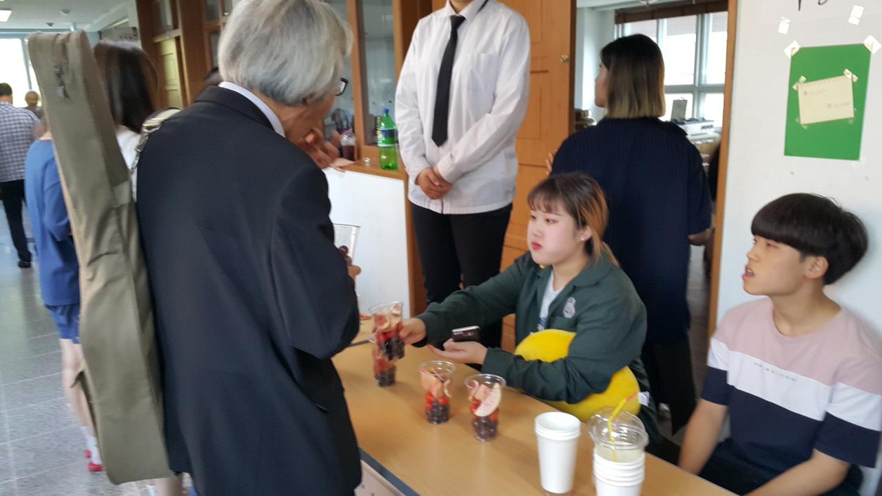 손님들을 위해 과일을 준비한 학생들 학생들과 동료교사들이 퇴임식을 준비하며 마련한 과일을 나누고 있다
