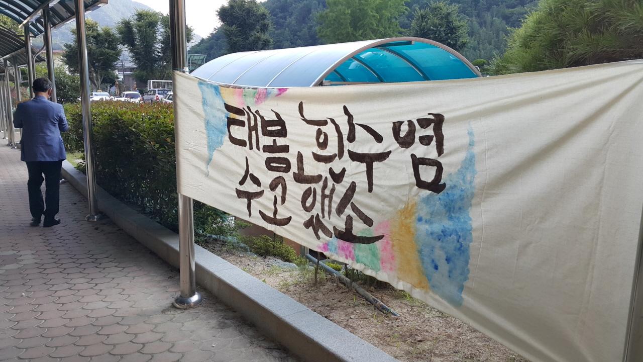 학교밖까지 이어진 보내는 길 학생들이 이순일 선생의 퇴임식날 '보내는 길'을 마련했다