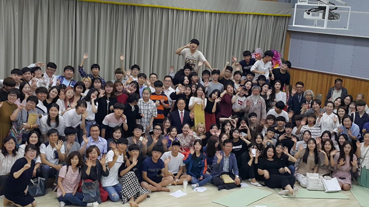 선생님 안녕히 가세요 행사를 마치고 학생들과 동료교사, 학부모들이 함께 단체사진을 찍었다